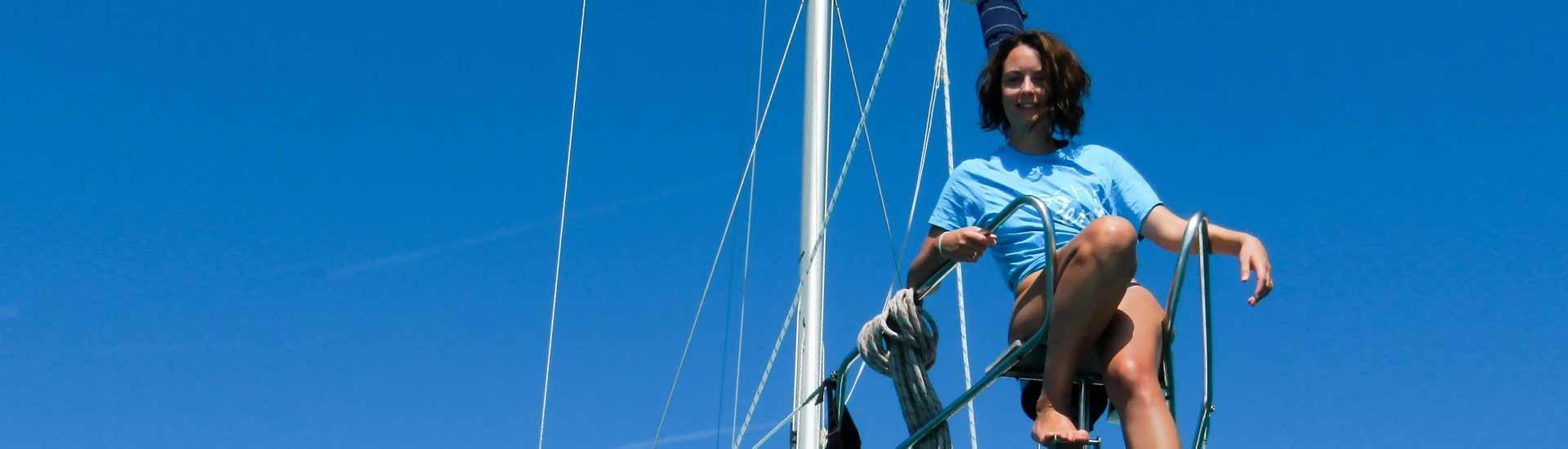 Девушка на носовой парусной яхте